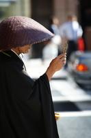 東京 銀座4丁目で托鉢をする僧侶
