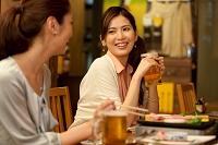 居酒屋で話をする日本人女性