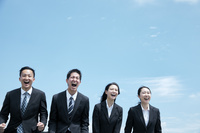 青空と叫ぶ日本人ビジネスパーソン