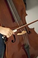 チェロを弾く子供の手
