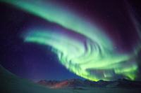 アメリカ合衆国 北極圏アティガンパスに舞うオーロラ