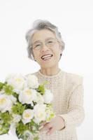 白い花と日本人のシニア女性