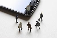 スマートフォンとビジネスマンのフィギュア