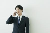 通話する日本人ビジネスマン
