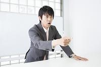 生徒に向かって指を差す講師