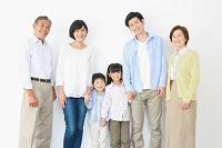 手を繋ぐ日本人の三世代家族