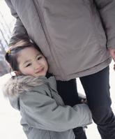 親の足に抱きつく女の子