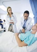 医師の診察を受ける男性
