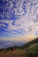 兵庫県 六甲山の摩耶山掬星台より神戸市街と淡路島と雲