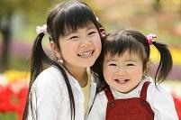 お花畑の日本人の子供