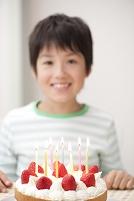 キャンドルのバースデーケーキと日本人の男の子