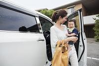 日本人の赤ちゃんを抱っこするお母さん
