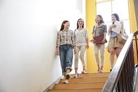 階段を下りる女子大学生