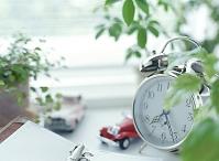 目覚まし時計と観葉植物