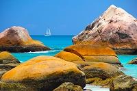 岩山とヨット