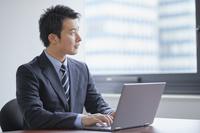 オフィスにいる日本人ビジネスマン
