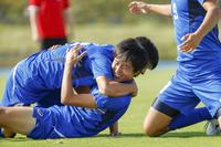 喜ぶサッカー選手