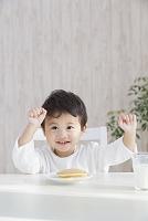 食卓に向かう日本人の男の子
