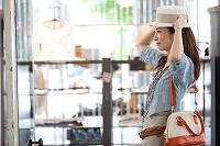 帽子を試着する日本人女性