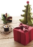 赤いプレゼントとフェルトのクリスマスツリー