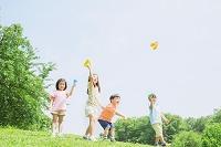 紙飛行機を飛ばす日本人の子供達