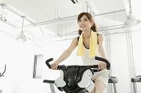エアロバイクを使う日本人女性