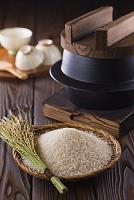 笊に入った白米と稲穂と鉄釜