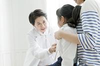 女の子を診察する女性医師