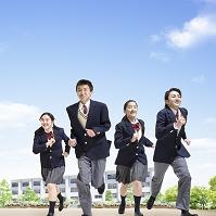 校庭を走る中学生男女