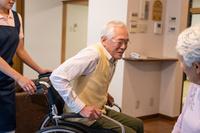 車椅子に座るシニア