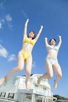 水着姿でジャンプする日本人女性
