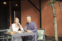 テラス席で食事をするミドル夫婦