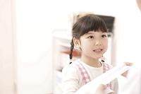 子供の腕を診る青年医師6