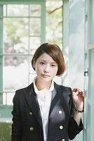 窓際に佇む日本人女性