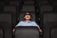 3D映画を見る少年