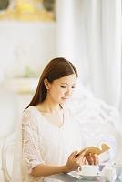カフェで本を読む日本人女性