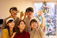 クリスマスパーティーで記念写真を撮る若者たち