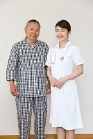 並んで立つシニア男性患者と看護師