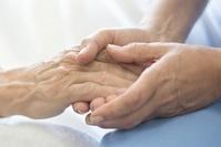 手を握る 医療