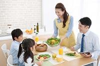 食卓に座る日本人家族