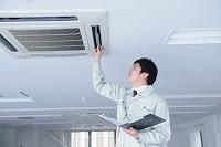 空調を点検する作業員