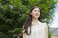 緑と20代日本人女性