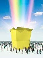 黄色い箱から飛び出した虹を眺める群衆