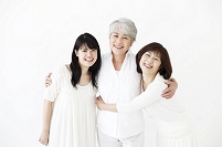 抱き合う女性3世代