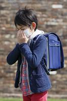 マスクをした通学中の小学生