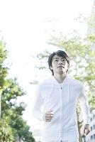 ジョギングをする20代日本人男性