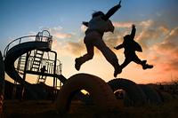 公園で遊ぶ子ども