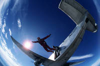 飛行機から飛びだすスカイダイバー