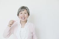 歯を磨く日本人のシニア女性