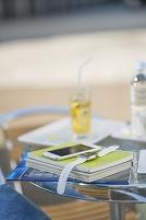 テーブルに置かれた教科書とウェアラブルウォッチとスマホ